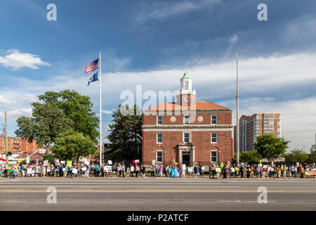 Detroit, Michigan USA - 14 June 2018 - Protesters oppose the Trump administration's policy of separating young children from their parents at the U.S.-Mexico border. Lining the street outside the Immigration and Customs Enforcement detention center, the group was part of nationwide protests in many cities organized by Families Belong Together. Credit: Jim West/Alamy Live News - Stock Photo