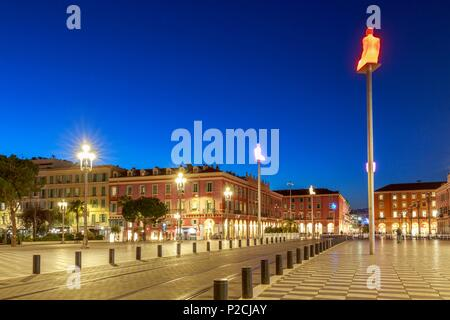 France, Alpes Maritimes, Nice, Place Masséna and squatting statues of the work called '' Conversation in Nice '' by Catalan artist Jaume Plensa - Stock Photo