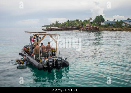 Members of Underwater Construction Team (UCT) 2 begin diving operations in Kwajalein, Marshal Islands, while participating in Valiant Shield (VS) Sep. 16, 2016.  VS is a biennial, U.S. Air Force, Navy and Marine Corps exercise held in and around Guam, focusing on real-world proficiency in sustaining joint forces at sea, in the air, on land and in cyberspace. (U.S. Navy Combat Camera Photo by Mass Communication Specialist 2nd Class Daniel Rolston/Released) - Stock Photo