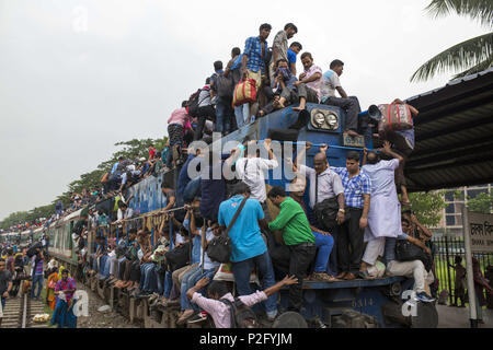 Dhaka, Bangladesh. 14th June, 2018. Bangladeshis cram onto a train as they travel back home to be with their families ahead of the Muslim festival of Eid al-Fitr in Dhaka, Bangladesh on June 14, 2018.Millions of city dwellers return home for Eid al-Fitr. Credit: Zakir Hossain Chowdhury/ZUMA Wire/Alamy Live News - Stock Photo
