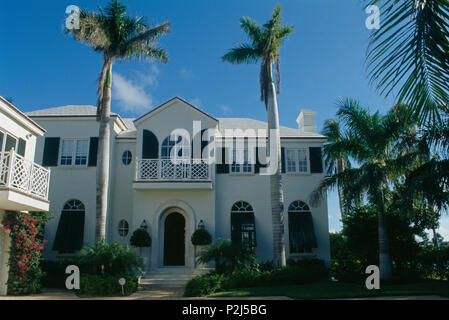 Tall palm trees in front of large villa in Florida - Stock Photo