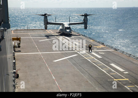 An MV-22B Osprey from Marine Medium Tiltrotor Squadron 266, Special Purpose Marine Air-Ground Task Force-Crisis Response-Africa, lands aboard the Spanish amphibious assault ship Juan Carlos I in the Gulf of Cadiz, Spain, Sept. 14, 2016. SPMAGTF-CR-AF Marines conducted deck landing qualifications aboard the Juan Carlos to maintain proficiency and familiarize the crews with working with the Spanish Navy. (U.S. Marine Corps photo by Staff Sgt. Tia Nagle) - Stock Photo