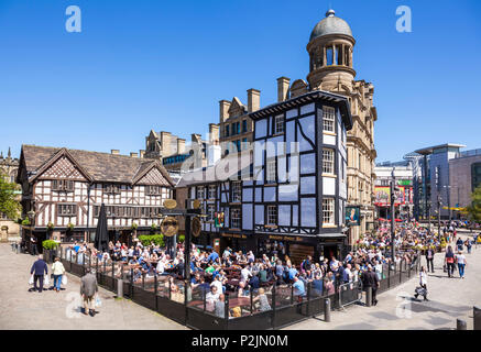 Crowded Sinclair's Oyster Bar and The Old Wellington public house Cathedral Gates Manchester City Centre England UK GB EU Europe - Stock Photo