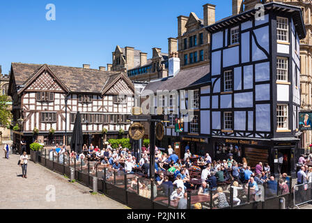 Crowded Sinclair's Oyster Bar and The Old Wellington public house Cathedral Gates Manchester City Centre England UK GB  Europe - Stock Photo