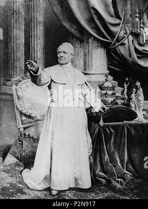 . English: Pope Pius IX standing in front of his papal tiara. circa 1878. Unknown 72 Pope-pius-ix-02 - Stock Photo