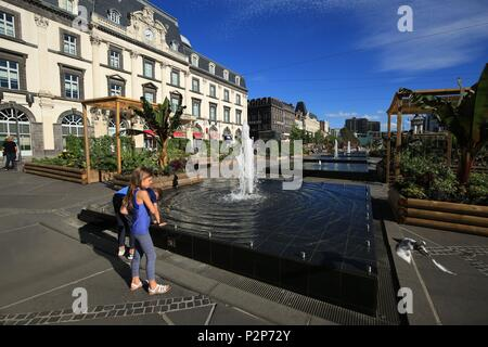 France, Puy de Dome, Clermont Ferrand, 2 children have fun near a fountain in the Place de Jaude in Clermont Ferrand - Stock Photo