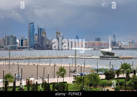 Azerbaijan, Baku, the Caspian Sea along Neftciler Prospekt avenue (Bulvar) seen from Bayraq Meydani - Stock Photo