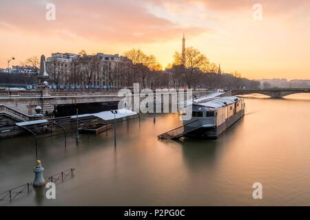 France, Paris, area listed as World Heritage by UNESCO, January 2018 flood, new banks flooded from Alexandre III bridge and the Eiffel Tower, snowfalls on 07/02/2018 - Stock Photo