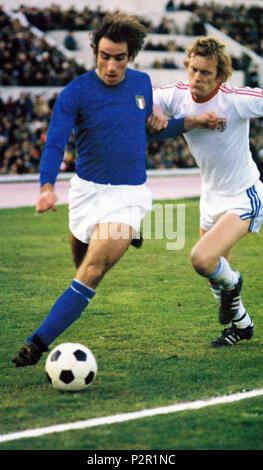 . Italiano: Francesco Graziani (a sinistra) in azione in maglia azzurra durante l'incontro Italia-Lussemburgo (3-0) del dicembre 1977, giocato allo stadio 'Olimpico' di Roma e valevole per le qualificazioni al campionato mondiale di calcio 1978. 10 March 2014, 01:43:44. Unknown 30 Francesco Graziani, Italia-Lussemburgo 3-0, 3 dicembre 1977 - Stock Photo