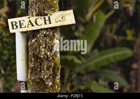 Pahoa, Hawaii, USA. 6th June, 2018. A sign points to the beach as all is well in Hilo while the Kilauea Volcano lower east rift zone continues the eruption on Wednesday, June 6, 2018, in Pahoa, Hawaii. Credit: L.E. Baskow/ZUMA Wire/Alamy Live News - Stock Photo