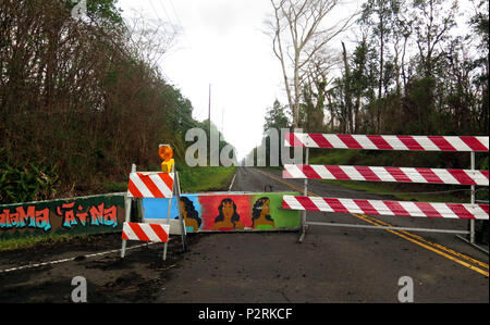 Pahoa, Hawaii, USA. 9th July, 2018. Barricade on Leilani Avenue is blocked for safety within the Leilani Estates Subdivision as the Kilauea Volcano east rift zone eruption continues Sunday, June 10, 2018, in Pahoa, Hawaii. Photo by LE Baskow/LeftEyeImages Credit: L.E. Baskow/ZUMA Wire/Alamy Live News - Stock Photo