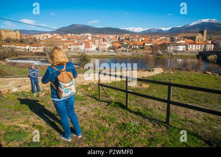 Tourists taking photos at a viewpoint. El Barco de Avila, Avila province, Castilla Leon, Spain. - Stock Photo