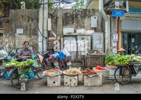 Hanoi,Vietnam - November 6 ,2017 : Local daily life of the unidentified street vendor at the morning market in Hanoi, Vietnam. - Stock Photo
