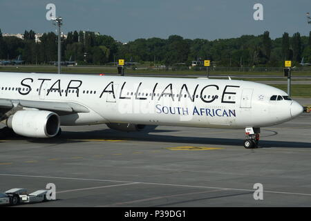 SOUTH AFRICAN AIRWAYS AIRBUS A340-600 IN STAR ALLIANCE LIVERY - Stock Photo