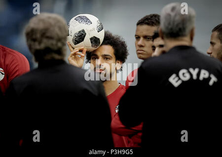 Saint Petersburg, Russia. 18th June, 2018. Egypt's Mohamed Salah (C) takes part in a training session for Egypt's National soccer team ahead of Tuesday's FIFA World Cup 2018 Group A soccer match between Egypt and Russia, in Saint Petersburg, Russia, 18 June 2018. Credit: Ahmed Ramadan/dpa/Alamy Live News - Stock Photo
