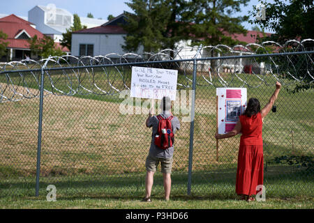 Sheridan, Oregon, USA. 18 June, 2018. People demonstrate against the Trump administration policy of separating children from their parents at the US-Mexico border during a vigil outside a federal detention center in Sheridan, Oregon, USA. Credit: Paul Jeffrey/Alamy Live News - Stock Photo