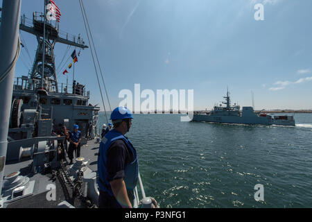 160715-N-DJ750-040   SAN DIEGO (July 15, 2016) Sailors aboard Avenger-class Mine Countermeasures Ship USS Champion (MCM 4) render side honors to Royal Canadian Navy Kingston-class coastal defense vessel Her Majesty's Canadian Ship Yellowknife, MM 706, during the Southern California portion of Rim of the Pacific 2016. Twenty-six nations, more than 40 ships and submarines, more than 200 aircraft and 25,000 personnel are participating in RIMPAC from June 30 to Aug. 4, in and around the Hawaiian Islands and Southern California. The world's largest international maritime exercise, RIMPAC provides a - Stock Photo