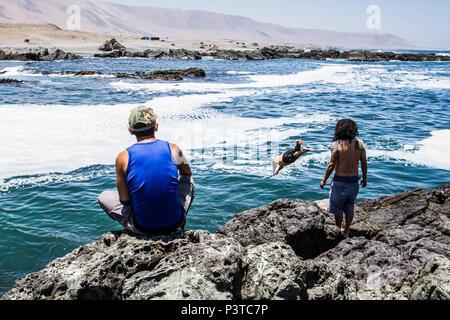 IQUIQUE, CHILE - 19.11.2015: ALTO LOS VERDES - Grupo de pessoas em costão rochoso na Praia los Verdes (Playa los Verdes). (Foto: Ricardo Ribas / Fotoarena) - Stock Photo