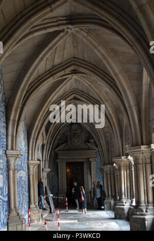 The Gothic cloister inside Porto Cathedral (Sé do Porto), a Roman Catholic church in the historical centre of the city of Porto, Portugal. - Stock Photo