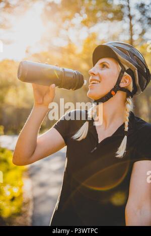 Fahrradfahrerin auf der Strasse, Cycling Girl Mallorca auf einem Rennrad - Stock Photo