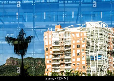 Reflexo de edifício na Cidade Pedra Branca, um empreendimento imobiliário sustentável na Grande Florianópolis. Palhoça, Santa Catarina, Brasil. - Stock Photo