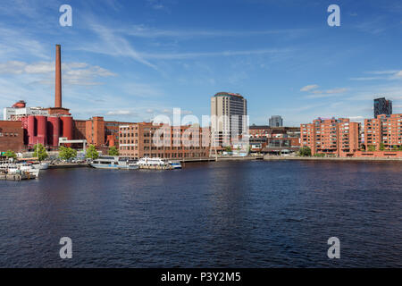 View of buildings and tourist boats at the Ratinan Suvanto (a bay or stream pool between Tammerkoski rapids and Lake Pyhäjärvi) in Tampere, Finland. - Stock Photo