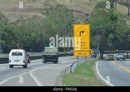 Trânsito, sinalização e movimento nas rodovias do Rio de Janeiro. - Stock Photo