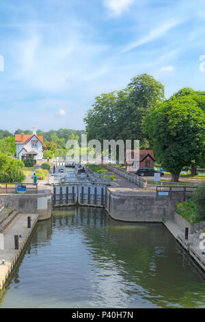 Yacht and narrowboat in the chamber at Goring Lock on River Thames, on the Oxfordshire bank at Goring-On-Thames, England, United Kingdom. - Stock Photo