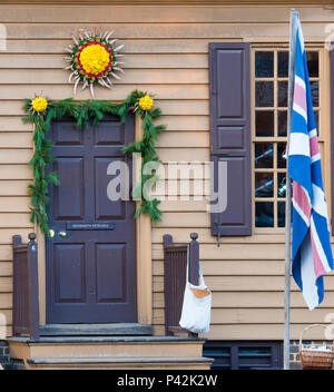 Christmas sun wreath above door of James Craig Jeweller shop on Duke of Gloucester Street in Colonial Williamsburg. Annual wreath craft competition. - Stock Photo