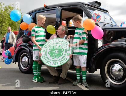 Glasgow, Scotland, UK. 20th, June, 2018. Ex Celtic FC captain Tom Boyd meets two young Celtic supporters at the annual Taxi run taking disabled children on a day trip to Troon in Ayrshire. Tom was representing the charitable arm of Celtic football club. - Stock Photo