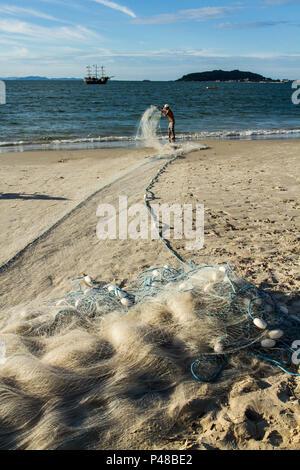 Pescadores na Praia da Cachoeira do Bom Jesus no último dia do verão. Florianópolis/SC, Brasil - 20.03.2015. Foto: Ricardo Ribas / Fotoarena - Stock Photo