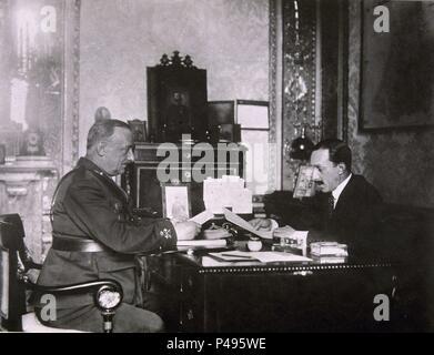 PRIMER DESPACHO ENTRE ALFONSO XIII Y PRIMO RIVERA EN EL PALACIO DE ORIENTE - 9-9-1923. - Stock Photo