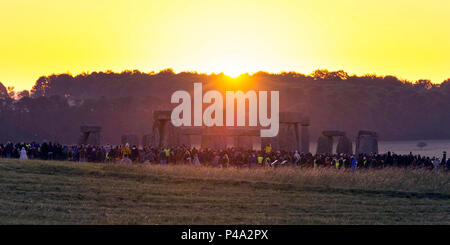 Stonehenge, Wiltshire, UK. 21st June, 2018. UK Weather. Thousands of revellers at Stonehenge in Wiltshire gather to watch the midsummer solstice sunrise on a clear morning. Picture Credit: Graham Hunt/Alamy Live News - Stock Photo
