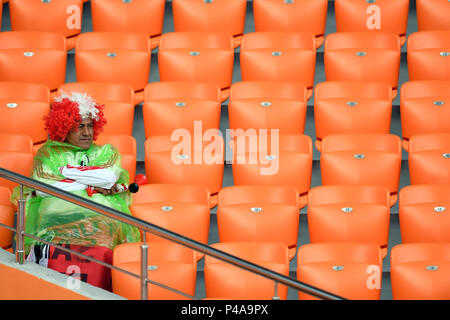 Yekaterinburg, Russia. 21st June, 2018. Soccer World Cup 2018: France vs. Peru : Preliminary round, group C: Second game day at the Yekaterinburg arena. Peru Fans cheering for their team before the game. Credit: Marius Becker/dpa/Alamy Live News Credit: dpa picture alliance/Alamy Live News Credit: dpa picture alliance/Alamy Live News - Stock Photo