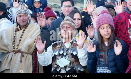 La Paz, Bolivia. 21st June, 2018. Hundred of people wait to receive the first sunbeams during the celebration of the Andean New Year, in La Paz, Bolivia, on 21 June 2018. Bolivia receive the Andean New Year 5526 with ancestral rituals in several places considered sacred by the indigenous. Credit: Gabriel Romano/EFE/Alamy Live News - Stock Photo