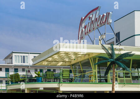 USA, New Jersey, The Jersey Shore, Wildwoods, 1950s-era Doo-Wop architecture, Caribbean Motel, neon sign - Stock Photo