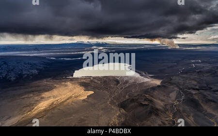 Lake Dyngjuvatn with the Holuhraun Eruption, by Bardarbunga Volcano, Iceland. August 29, 2014 a fissure eruption started in Holuhraun at the northern end of a magma intrusion, which had moved progressively north, from the Bardarbunga volcano. - Stock Photo