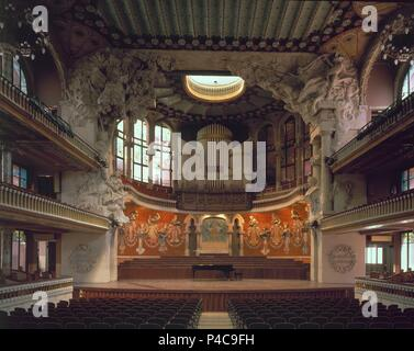 VISTA DEL HEMICICLO, EL ESCENARIO DECORADO CON LAS MUSAS POR EL ESCULTOR EUSEBI ARNAU Y EL MOSAIQUISTA LLUIS BRU, 1905. Author: Lluís Domènech i Montaner (1850-1923). Location: PALACIO DE LA MUSICA, BARCELONA, SPAIN. - Stock Photo