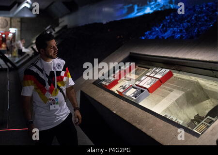 Volgograd, Russia. 21st June, 2018. VOLGOGRAD, RUSSIA - JUNE 21, 2018: A football fan visits the Battle of Stalingrad State Historical and Memorial Museum-Preserve. Sergei Bobylev/TASS Credit: ITAR-TASS News Agency/Alamy Live News - Stock Photo