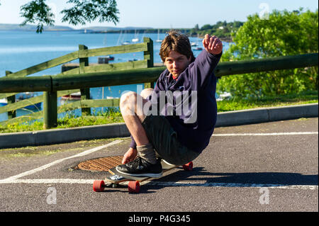 Schull, Ireland. 22nd June, 2018. Fergus Crockett from Ballydehob, County Cork makes the most of the sunny weather in Schull this morning. Temperatures will rise over the coming days, reaching the mid-20's celsius by the middle of next week. Credit: Andy Gibson/Alamy Live News. - Stock Photo