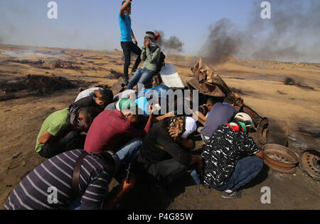 Gaza. 22nd June, 2018. Palestinian protesters take part in clashes with Israeli troops on the Gaza-Israel border, east of the southern Gaza Strip City of Khan Younis, on June 22, 2018. Credit: Khaled Omar/Xinhua/Alamy Live News - Stock Photo