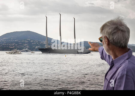 Saint Tropez. France 21th, 2018. People look at the big 'Sailing A' in front of Saint Tropez Gulf. The  Sailing A is the biggest sailing yacht in the world, build in Germany with the most advanced technology. Lenght 142.81 meters; 12700 tons, designed by Phillippe Starck and Dolker & Voges. The owner of the ship is Andrei Melnichenko from Russia. Photo Alejandro Sala/Alamy Llive News - Stock Photo
