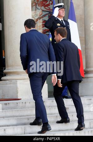 Paris, Francia. 23rd June, 2018. French President Emmanuel Macron (R) welcomes new Spanish Prime Minister Pedro Sanchez (L) prior to their meeting at Elysee Palace in Paris, France, 23 June 2018. Credit: Chema Moya/EFE/Alamy Live News - Stock Photo