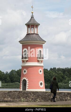 Moritzburg, Germany. 22nd June, 2018. A woman walks along a jetty in front of the lighthouse. Credit: Sebastian Kahnert/dpa-Zentralbild/ZB/dpa/Alamy Live News - Stock Photo