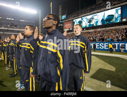 Secretary of the Navy Ray Mabus administers the oath of enlistment to Navy recruits during the 113th Army-Navy college football game at Lincoln Financial Field in Philadelphia. The U.S. Naval Academy (Navy) Midshipmen defeated the U.S. Military Academy (Army) Black Knights 17-13. - Stock Photo