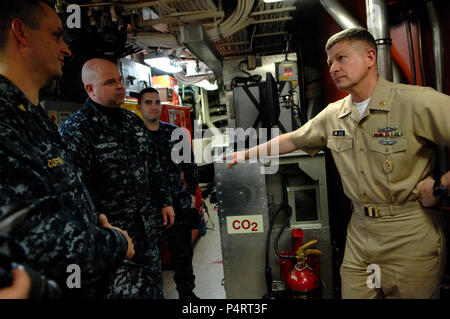 Wash. (March 11, 2010) Master Chief Petty Officer of the Navy (MCPON) Rick West tours the aircraft carrier USS Henry M. Jackson (SSBN 730) and meets with Sailors during his visit to Naval Base Kitsap, Bangor. West is on a five-day visit to the Northwest region. - Stock Photo