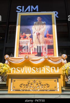 Picture of King Maha Vajiralongkorn outside a shopping centre in Bangkok, Thailand, Asia. - Stock Photo