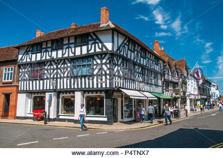 Street scene in central Stratford-upon-Avon at the corner of Ely Street and the High Street. - Stock Photo