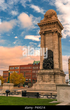 Soldiers' and Sailors' Monument and Syracuse Saving Bank Building at Clinton Square in downtown Syracuse, New York State, USA. - Stock Photo