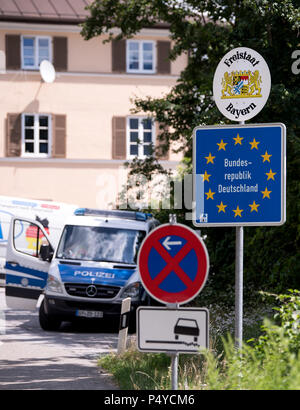 Windshausen, Germany. 21st June, 2018. Police officers check vehicles travelling from Austria to Germany at a mobile control station located just behind the border. Credit: Sven Hoppe/dpa/Alamy Live News - Stock Photo